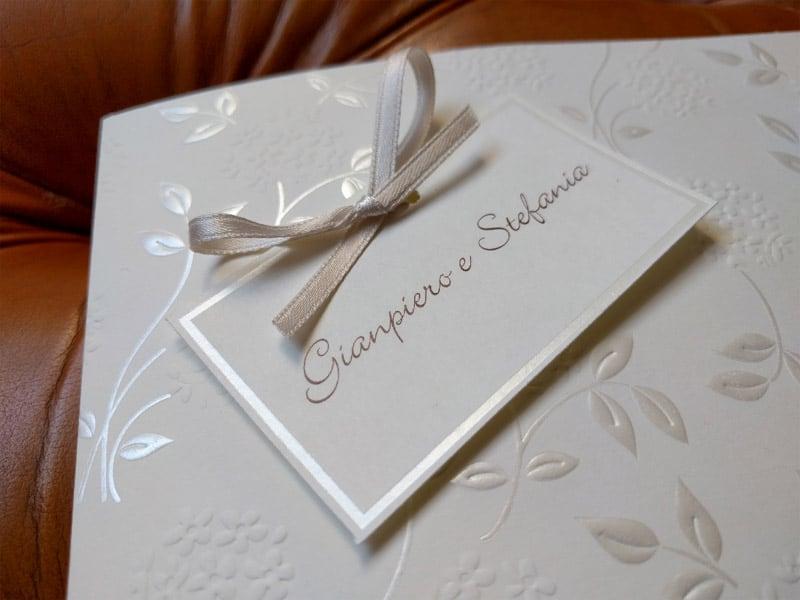 Partecipazione con i nomi degli sposi e nastro in raso for Partecipazioni nozze on line