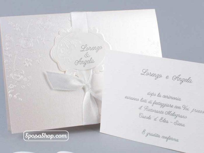 Partecipazione in cartoncino quarzo e nastro bianco 2