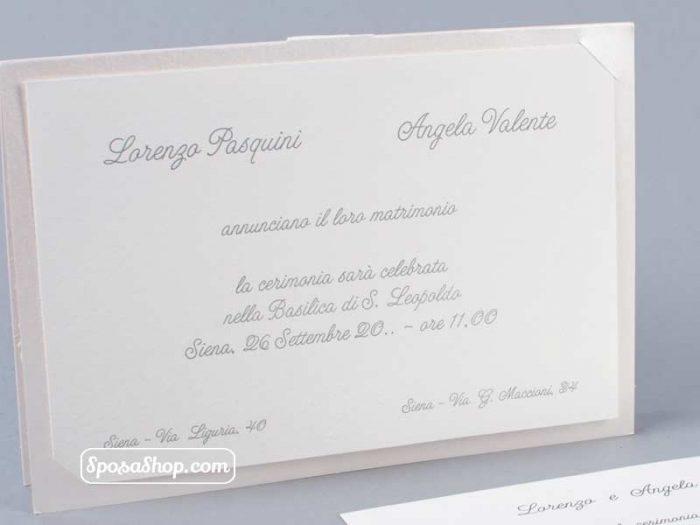 Partecipazione in cartoncino quarzo e nastro bianco 3